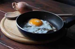 Como fritar um ovo?